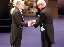 THE ULTIMATE PRIZE: Professor Sargent receives the Nobel Prizefrom the King of Sweeden during the awards ceremony in Stockholm.Source: The Official Website of the Nobel Prize